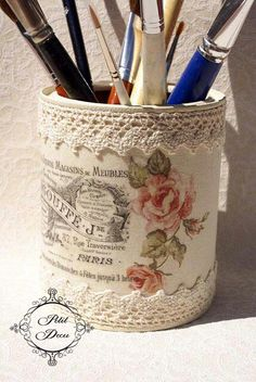 Pour transformer un pot tout simple en un joli pot Shabby chic, collages vieille gravure et dentelle sont de mise.