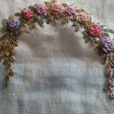 #블리언로즈 연습한.만치 달라져요..했더니 참 곱게도 숙제해 왔다. 그리하여 나는...장미에 이파리를 달아주었다. #프랑스자수 #embroidery #handembroidery #needlework #자수타그램 #연두공방