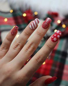 32 Cute Christmas Nail Art Ideas / Holiday Nails: These holiday-themed nail art designs will make your nails sparkle this season. Christmas Nail Art Designs, Holiday Nail Art, Winter Nails, Summer Nails, Cute Christmas Nails, Beautiful Nail Art, Beauty Nails, Nail Colors, Art Ideas