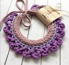 Cómo hacer bonitos collares de trapillo - El Cómo de las Cosas Fabric Flower Necklace, Yarn Necklace, Knitted Necklace, Necklaces, Crochet Shirt, Crochet Gifts, Crochet Yarn, Textile Jewelry, Fabric Jewelry