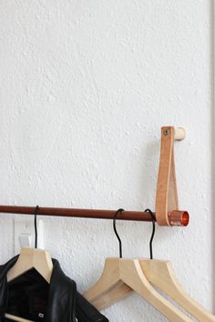 DIY Copper Leather Hanging Clothing Rack hometohem.com 2016_2 Hanging Racks, Diy Hanging, Hanging Clothes Racks, Diy Clothes Rack, Clothes Storage, Clothing Racks, Diy Wall Hooks, Wall Racks, Rack Shelf