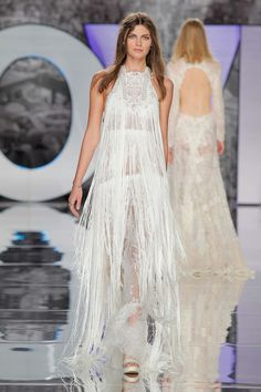 Hippie deluxe: Brautmoden-Couture by YolanCris 2018 BARCELONA BRIDAL FASHION WEEK http://www.hochzeitswahn.de/inspirationsideen/hippie-deluxe-brautmoden-couture-by-yolancris-2018/#wedding #dress #bride