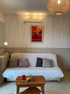 Un appartement agréable entre Anglet et Biarritz pour un week-end ou des vacances sur la Côte basque Biarritz, Sofa, Couch, Week End, Decoration, Furniture, Home Decor, Vacation, Decor