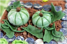 Pumpkins - parts of garden cake. Dynie - ozdoby tortu w stylu angielskim w kształcie ogródka. Więcej na www.pieceacake.pl/76