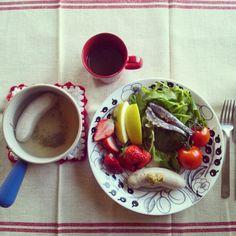 おはようございます♪ヴァイスヴルスト朝ごはん。たっぷり食べて朝からアカデミー賞見ちゃう…(;^_^A  伊右衛門農園のルッコラには自家製オイルサーディン乗っけ♪どうかな!? - @gumby0467- #webstagram