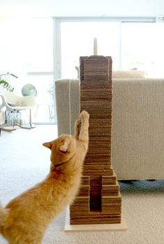 """Catscraper"" - DIY cat scratching post / scratcher made from recycled cardboard Diy Cat Toys, Cats Diy, Lit Chat Diy, Diy Jouet Pour Chat, Diy Cat Scratching Post, Diy Cat Bed, Cat Scratcher, Animal Projects, Diy Projects"