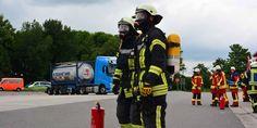 Gefahrgut-Experten der Feuerwehr untersuchten den tropfenden Laster.