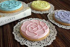 Flower CookiesRose CookiesEdible Wedding by katiesomethingsweet. Galletas decoradas con figuras de rosas.