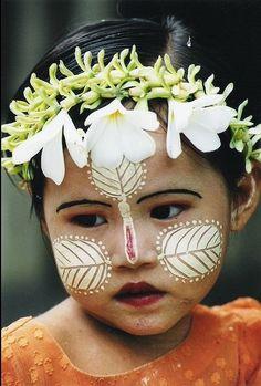 Le tanakha, le maquillage traditionnel birman. Retrouvez vos séjours en Birmanie sur notre site ann.fr