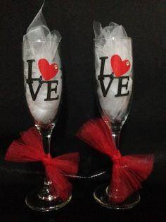Wine Shipping Boxes Near Me Valentines Day Wine, Valentine Day Crafts, Valentine Decorations, Wine Glass Sayings, Wine Glass Crafts, Decorated Wine Glasses, Painted Wine Glasses, Wine Painting, Glitter Wine