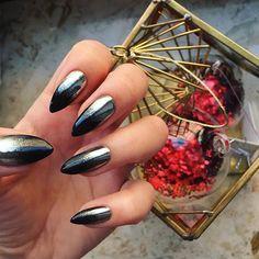 """Muszę przyznać, że wszelkie błyskotki i pyłki stały się niezłą motywacją, by dłużej """"posiedzieć"""" przy paznokciach. Też tak macie? 😀 #blingbling #letitshine #chromenails #neonail #neonailpoland #instanails #nailstagram #nailart #ombrenails #ombre"""