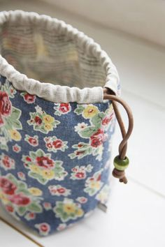 How to Make a Reversible Drawstring Bag. DIY Pattern & Tutorial You can carry your cosmetics there, you can carry your everyday usable item. DIY Tutorial Ideas Step-by-Step Drawstring Bag Diy, Drawstring Bag Tutorials, Drawstring Bag Pattern, Lunch Bag Tutorials, Sewing Hacks, Sewing Tutorials, Sewing Patterns, Sewing Tips, Sewing Crafts