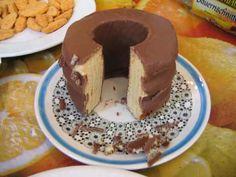 """Echter Baumkuchen (Salzwedeler-Spreewälder) ist ein schichtweise aufgebauter und über """"offener Flamme"""" drehend gebackener Kuchen. Der """"König der Kuchen"""" wird auch Prügel-krapfen bezeichnet. Die Bezeichnung Baumkuchen wurde erstmals 1682 in einem diätetischen Kochbuch von Johann Sigismund Elsholtz verwendet, dem Leibarzt von Kurfürst Friedrich Wilhelm. Die Zutaten einer Baumkuchen-Masse sind Butter, Eier, Zucker, Vanille, Salz und Mehl. Backpulver darf nicht verwendet werden."""