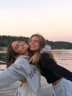 Best Friends Shoot, Best Friend Poses, Cute Friends, Photos Bff, Friend Photos, Couple Photos, Photo Adolescent, Foto Best Friend, Best Friends Aesthetic