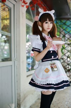"""""""Okaerinasaimase, Goshujin-sama"""" Essa é a primeira frase que você vai ouvir ao entrar em um Maid Cafe no Japão. Mas, o que essa frase significa? O que é um Maid Cafe? Está curioso? Não deixe pra depois, leia nosso post e descubra!"""