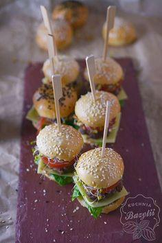 Mini burgery koreczki na dwa kęsy to doskonała przekąska na przyjęcia ze znajomymi. Nie dość, że wygląda niesamowicie efektownie, znika ze stołu w mig! Do burgerów jak sami wiecie, najlepiej smakuje zimne piwo - rekomenduję APA American Pale Ale z Browar Amber. Vegetarian Recipes, Cooking Recipes, Healthy Recipes, Mini Appetizers, Magic Recipe, Snacks Für Party, Partys, Finger Foods, Food Porn