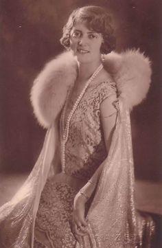 Marie-Alix de Saxe (1901-1990) fille de Frederic-Auguste III et de l'archiduchesse Louise d'Autriche-Toscane.Epouse de François-Joseph, prince de Hohenzollern-Emden
