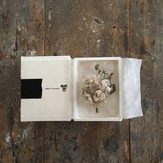 てづくり一点ものコサージュ。suMire-bouquetのお花たちをご覧いただきありがとうございます。私は一人工房で製作しています。布で作られたお花、布花です。お手にとっていただいた皆様の人生と共に歳を重ねてゆけるような布花でありたいと思います。10年後、このコサージュはこんなふうになるだろうな、、、と思いを馳せながら。白い布を花びらの形に切り、ひとつひとつ手染めして、コテをあて形成し、丁寧に仕上げました。プロフィールもあわせてお読みくださいませ。全長約13センチメートル。可愛らしいミニ薔薇と、ユーカリ、かすみ草、紫陽花の花束コサージュです。優しい色合いです。小さな小さな薔薇は繊細です。シリアス染料で色を調合し手染めしています。布でできているため繊細です。水分、圧力にご注意ください。潰してしまうと元に戻らなくなります。水分や摩擦により色落ちしたり変色する事があります。十分にご注意くださいませ。箱にお入れして発送いたします。