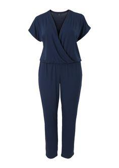 Blauwe jumpsuit met V-hals en korte mouwen. De jumpsuit heeft elastiek bij de heup voor een bloezend effect en een overslag aan de voorkant. Dit item is gemaakt van soepel materiaal. Binnenbeenlengte in maat 48: 76 cm. Dit artikel behoort tot de Promiss grote maten collectie.