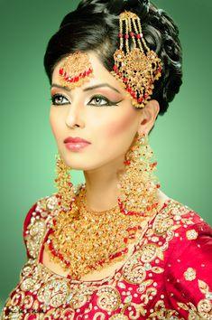 Photograph Fahmina Bridal by Muzna Butt on Asian Bridal Jewellery, Bridal Jewellery Inspiration, Indian Jewelry, Indian Bridal Outfits, Indian Bridal Wear, Indian Makeup, Indian Beauty, Bollywood Makeup, Ancient Beauty