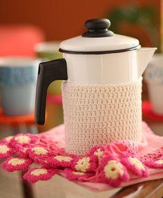 Para conservar a bebida quente e dar um charme ao bule de ágata, cubra a parte de baixo com uma espécie de touca de crochê
