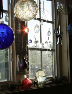 Crystals hanging in the windows My New Room, My Room, Feng Shui, Boho Lifestyle, Hanging Crystals, Through The Window, Sun Catcher, Mobiles, Yule