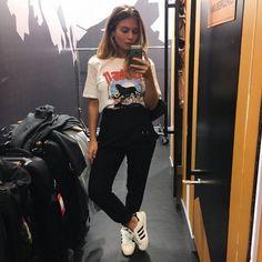 Camiseta de personagem, Calça preta de cintura alta e Adidas Superstar