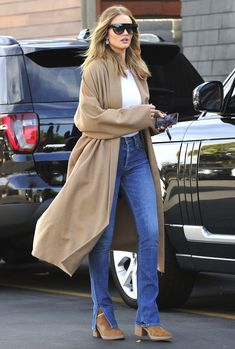 Street Style Summer California Chic Fashion Inspirational Celebrities Wearing Ugg Boots In Public Look Fashion, Womens Fashion, Steampunk Fashion, Gothic Fashion, Casual Chique, Rosie Huntington Whiteley, Rose Huntington, Inspirational Celebrities, Street Style Summer