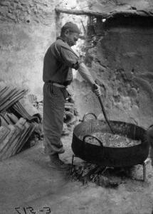 El cocinero de la Brigada preparando el rancho. Se aprecia en la base el trébede.