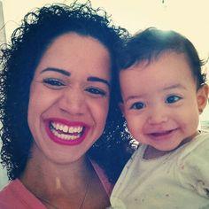 Bom dia da baby Laura que dormiu mega de madrugada e acabou de acordar com essa cara inchada. E a mamãe trabalhando desde cedo... É a vida fazer o que né haha www.mamaededois.com.br #bomdia #filha #baby #linda #sorriso #teamo #cacheadas #maeefilha #mamaededois #mamaededoisoficial