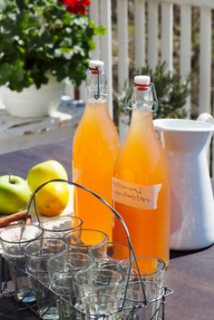 Kanel påminner kanske om höst men denna lemonad en varm sommardag är underbart gott! Ingefäran ger saften lite hetta. Om du är ovan börja lite försiktigt och smaka av. För att bara få ut ingefärssaften, riv och pressa ur saften med handen.