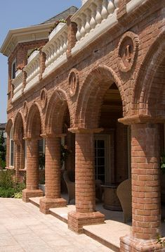 This stunning home complete with Glen-Gery Monticello HMOS Handmade Brick is one of a kind with its multiple fireplaces and arched details throughout. brick home, glen-gery, glengery, brick house, fireplace, chimney, pink brick, tan brick, handmade brick, arches, backyard