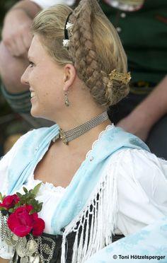 """Trachtenverein GTEV Daxenwinkler Atzing - Frau in Tracht mit typischer Gretelfrisur. Local costume group """"GTEV Daxenwinkler"""" in Atzing. Young woman with a typical Gretel-hairstyle."""