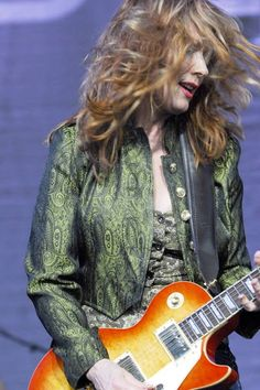 Nancy Wilson Female Guitarist, Female Singers, Nancy Wilson Heart, Wilson Sisters, Chrissie Hynde, Music Heart, Women Of Rock, Guitar Girl, Rock Of Ages