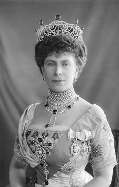 Queen Mary with Delhi Durbar tiara and necklace, stomacher, five-row diamond & pearl collar and an extra diamond necklace above it.