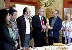 Gonzalo de Castro recibe el premio de manos del Director General de Turismo Jose Luis Vega