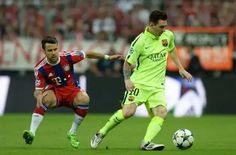 Messi y Bernat detras del balon