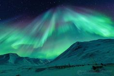 Majestuosa Aurora Boreal desde Atigun Pass, Alaska. Foto Piriya Wongkongkathep