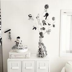 QueenBee16さんの、My Shelf,ディスプレイ,北欧,クリスマス,白黒,モノトーン,Xmasツリー,MONOTONE,クリスマスディスプレイ,デザインレターズ,IGやってます,白黒マニア,megu.k1016についての部屋写真
