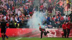 Tschechien - Kroatien 2:2 | Pyro-Skandal! Ordner von Böller getroffen - Fussball - Bild.de