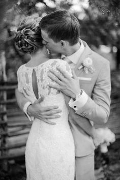 Romantic wedding portrait | Anastasiya Belik Photography | see more on: http://burnettsboards.com/2014/04/romantic-rainy-day-wedding-portraits/ #romantic #blackandwhite #weddingphotography