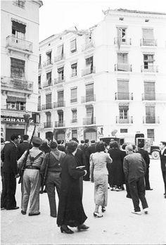 Spain - 1936. - GC - Madrid - Vecinos de Madrid observan el tejado de una vivienda madrileña afectado por las bombas.