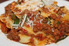Ingredients :  1 1/2 lbs. lean ground beef  1 onion, chopped  1 clove garlic, minced  1 (15 oz.) can tomato sauce  1 (15 o) can stewed tomatoes  1 tsp. oregano  1 tsp. Italian seasoning  salt/pepper  10 oz. frozen spinach, thawed (can also use fresh