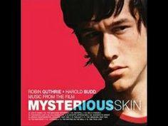 Ver OSCURA INOCENCIA ( MYSTERIOUS SKIN ) Pelicula Completa Online Completa #Películas  #Películas  +18 Mysterious Skin, todavía conocida como Piel misteriosa y Oscura inocencia,1 es una película de drama de 2004 dirigida por Gregg Araki, quien escribió el …