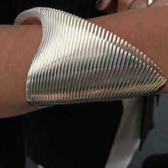 Zaha Hadid's Jewelry Line For Georg Jensen Was Likely Her Last Completed Project Bijoux Design, Gold Jewellery Design, Schmuck Design, Contemporary Jewellery, Modern Jewelry, Jewelry Art, Fashion Jewelry, Jewelry Stand, Clean Gold Jewelry