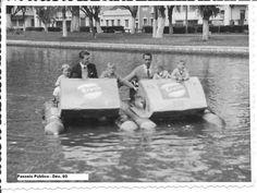 Pedalinhos no Passeio Público na década de 1960 com propaganda do Refrigerante Crush.