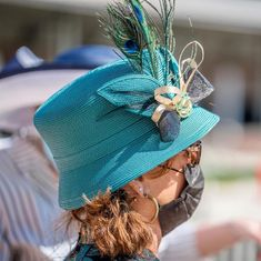 Blue peacock feather Kentucky Derby Hat Kentucky Derby Hats, Racehorse, Peacock Blue, Thoroughbred, Feather, Winter Hats, Photo And Video, Fashion, Moda