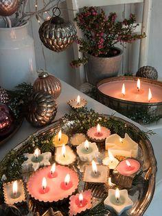 Selbst gegossene Kerzen in Keks- und Pralinenformen. Tea Lights, Candles, Table Decorations, Home Decor, Small Candles, Cookies, Decorating Ideas, Decoration Home, Room Decor