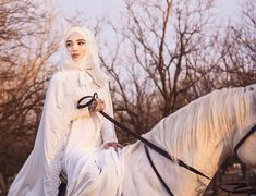Literally the type of wedding picture I dreamed of. on a HORSE! Bridal Hijab, Muslim Wedding Dresses, Muslim Brides, Wedding Hijab, Pakistani Bridal Dresses, Muslim Girls, Muslim Couples, Beautiful Muslim Women, Beautiful Hijab
