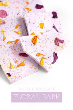 How to Make White Chocolate Floral Bark Homemade Chocolate, Chocolate Recipes, Candy Recipes, Sweet Recipes, Dessert Recipes, Chocolate Belga, Candy Bark, Bark Recipe, Flower Food